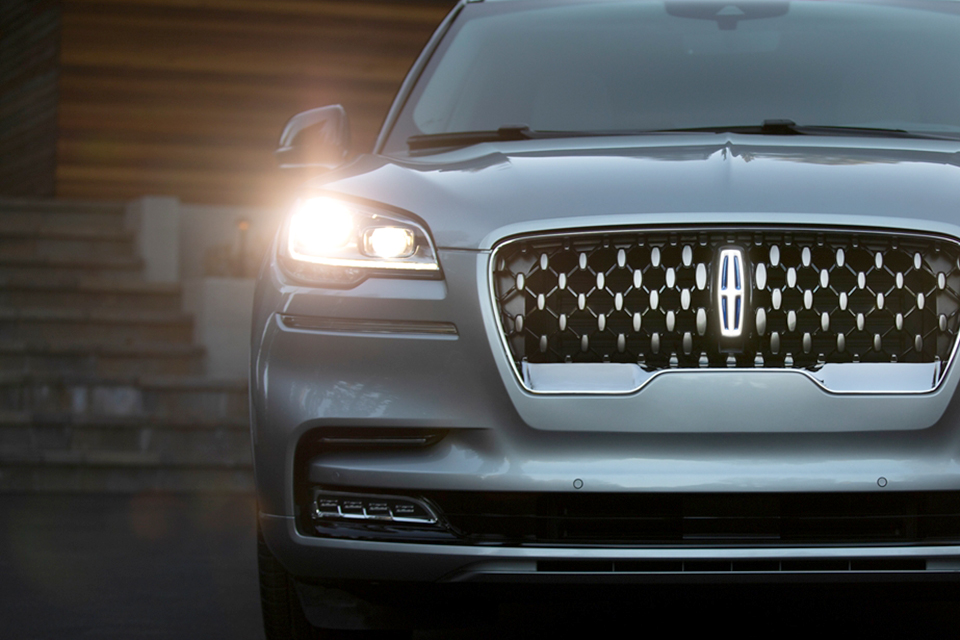 2020 Lincoln Aviator Front Grille & Headlight View